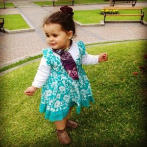 Cristina con botas de Zara Kids, pañuelo de Carambola y gancho de Little Princess